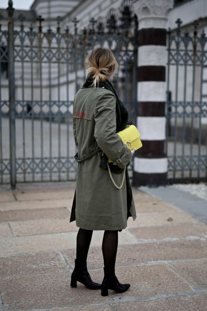 Khaki Trenchcoat, gelbe Handtasche, Zara Boots