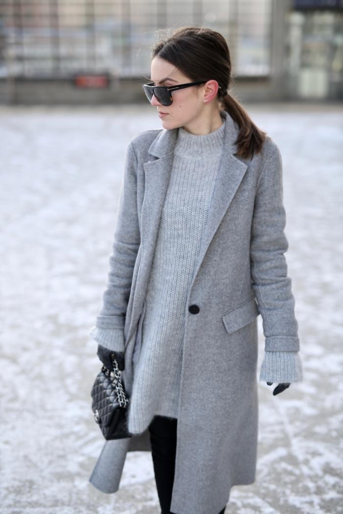 Grauer Mantel, grauer Pullover, Handschuhe