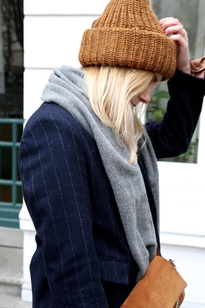 Winteroutfit, Strickmütze, grauer Schal, Wollmantel