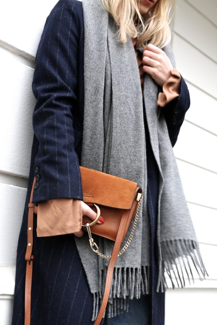 blauer Mantel, grauer Schal, braune Handtasche