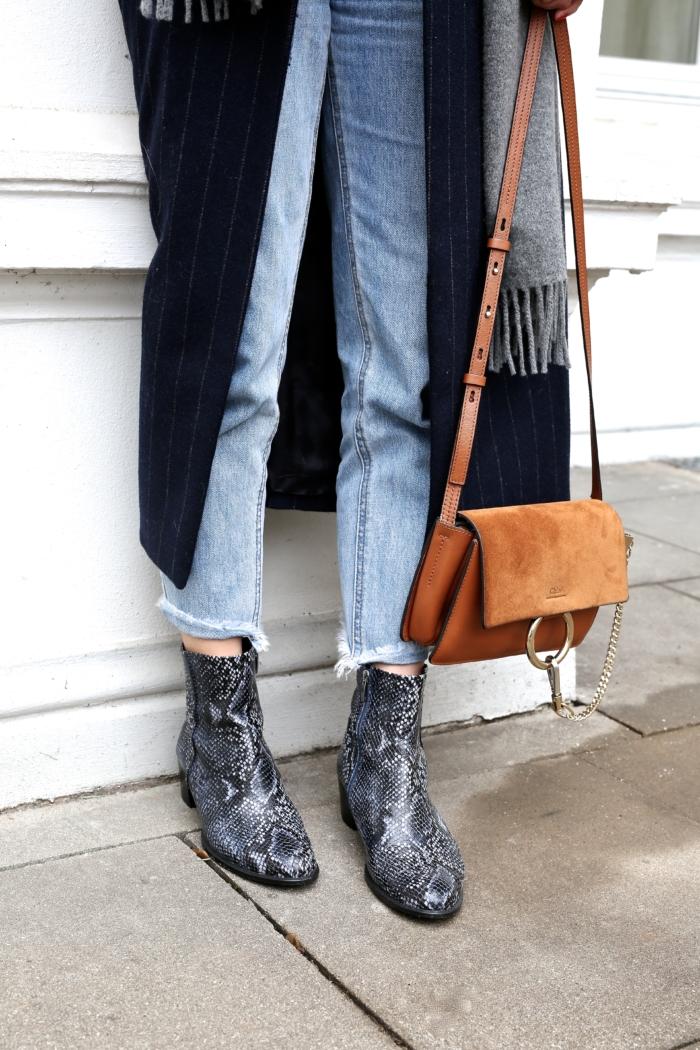 Ankleboots mit Schlangenlederoptik, braune Umhängetasche, Jeans