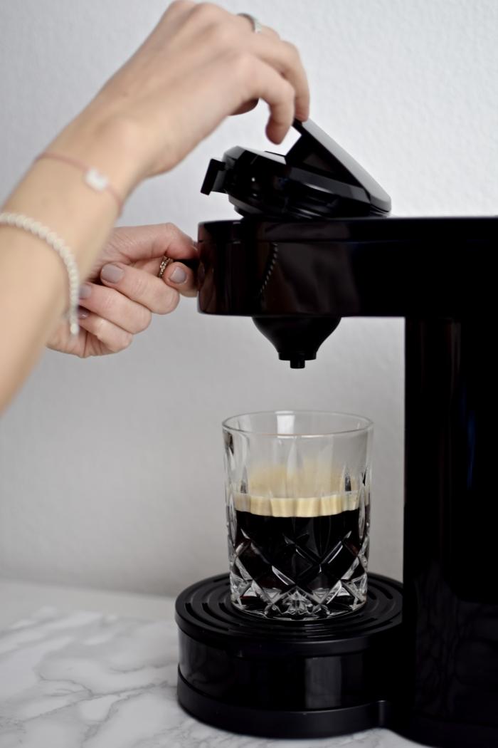 Kaffeemaschine, Glas mit schwarzem Kaffee