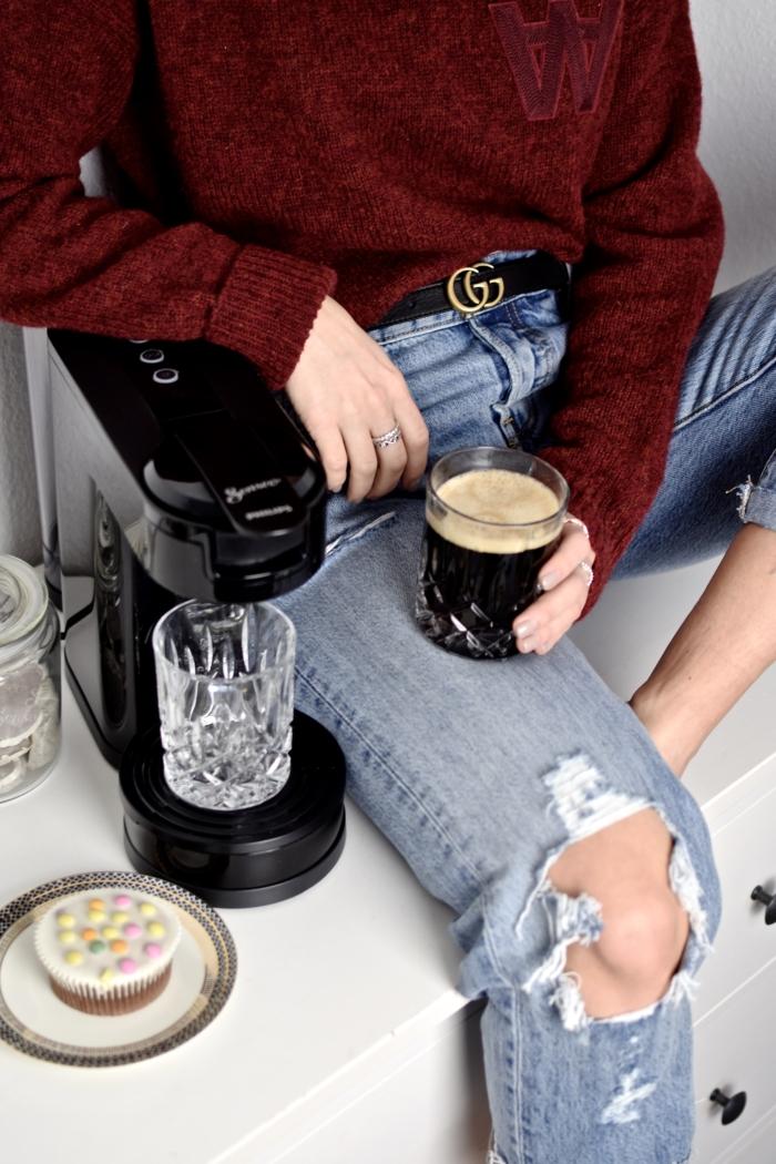 Senseo Kaffeemaschine, heißer Kaffee, Jeans, roter Pullover