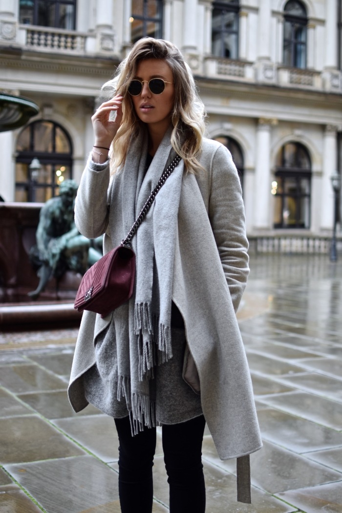 Sonnenbrille, Acne Schal, rote Tasche, grauer Mantel