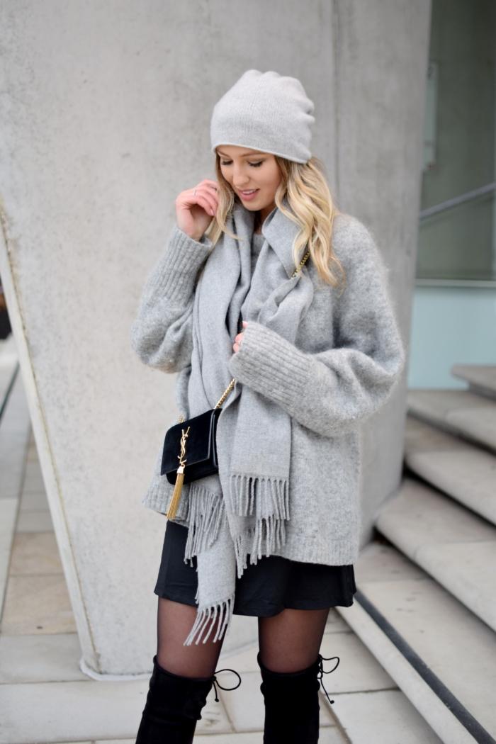 grauer Pullover, graue Mütze, grauer Schal