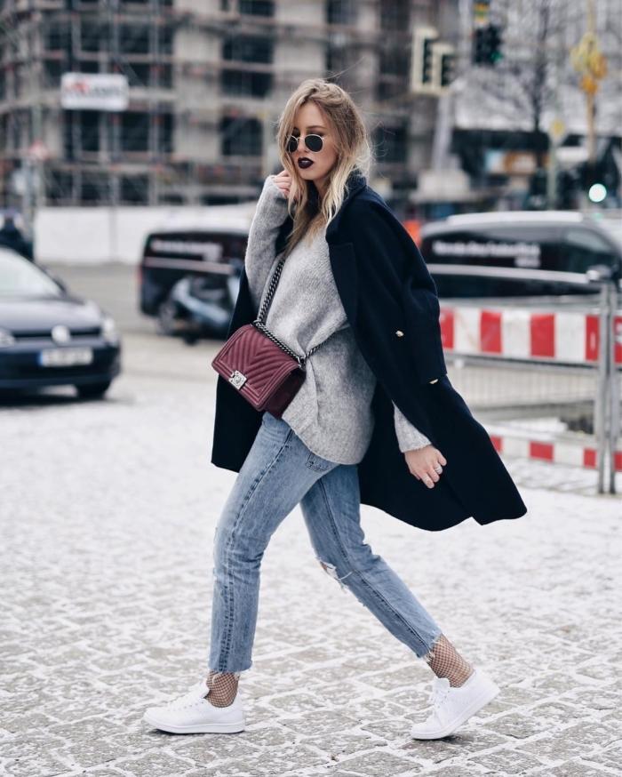 grauer Pullover, Chanel Handtasche, Wollmantel, Jeans, Sneaker