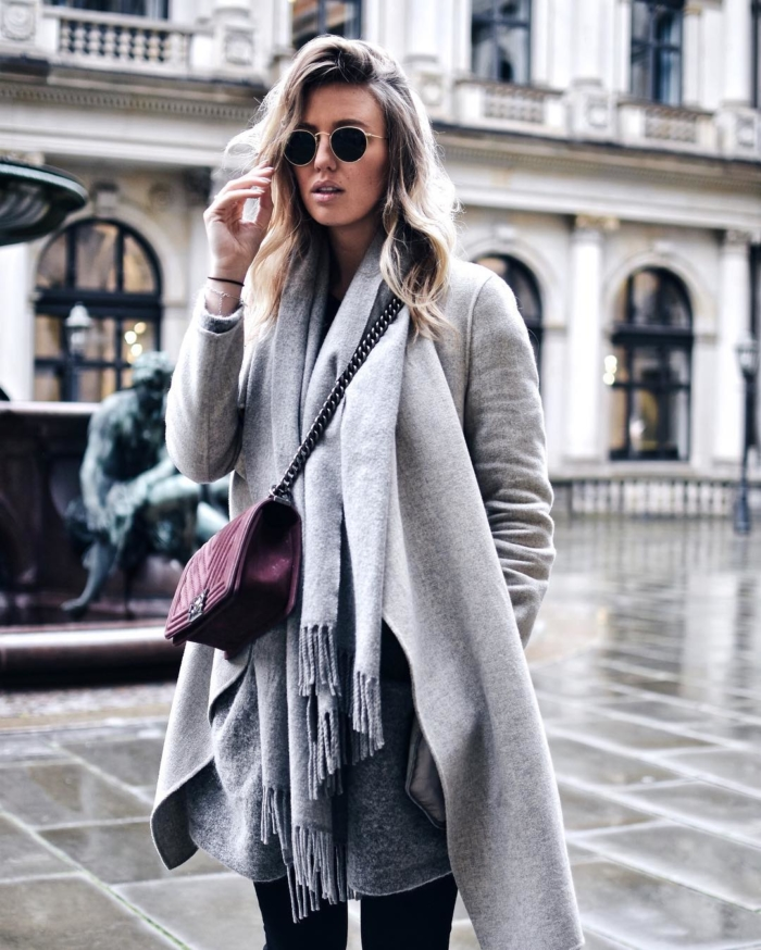 Grauer Mantel, Schal, rote Chanel Tasche