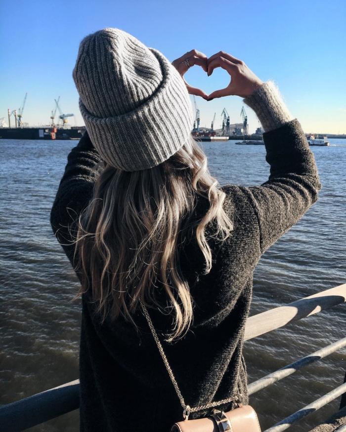 graue Mütze, Pullover, Hafen