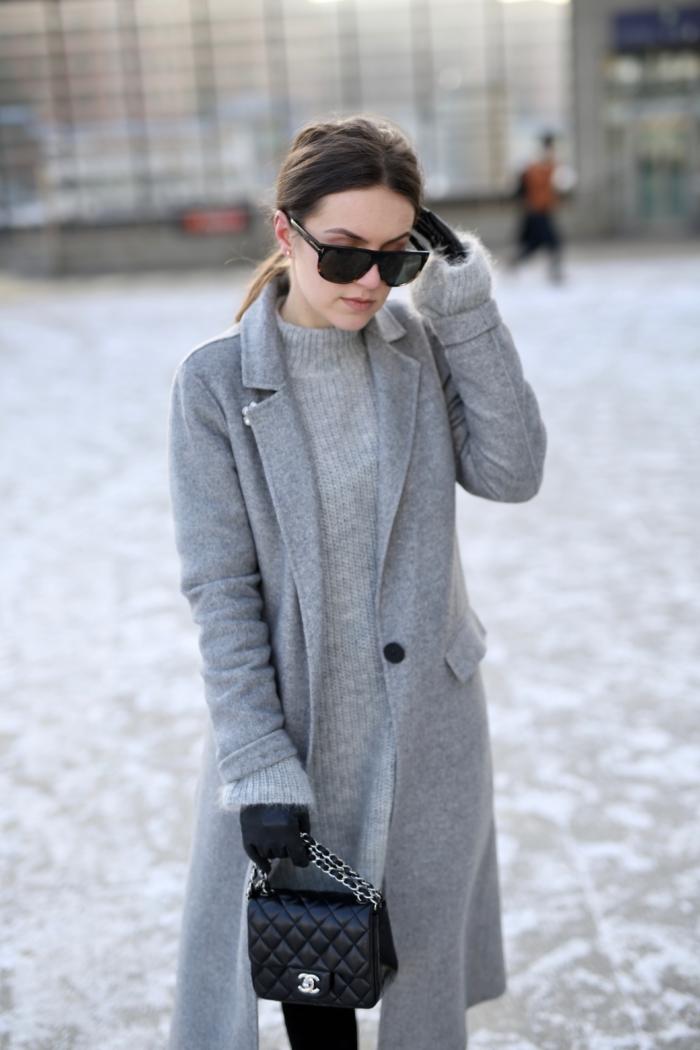 Tom Ford Sonnenbrille, Chanel Handtasche, grauer Mantel, Strickpullover