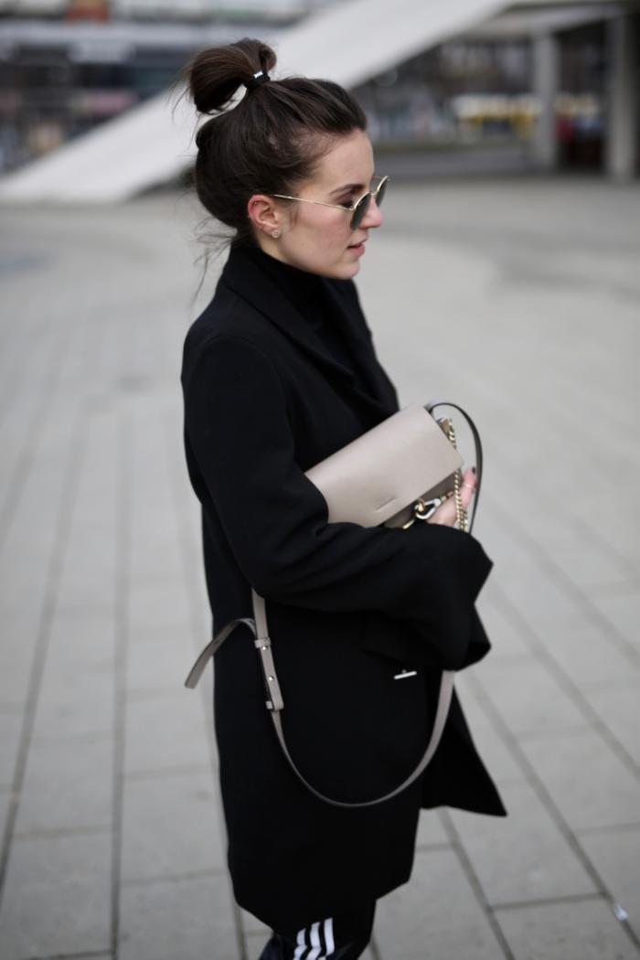 schwarzer Longblazer, Sonnenbrille, graue Handtasche