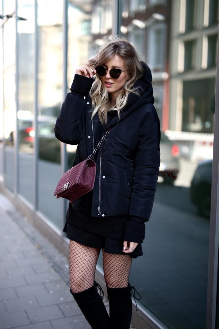 schwarzer Kapuzenpullover, rote Chanel Tasche, Netzstrumpfhose, Stiefel