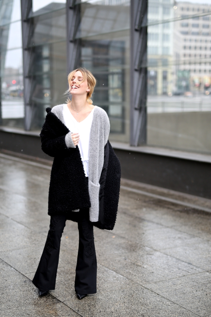 grau oversized Strickjacke, schwarzer Mantel, schwaze Schlaghose