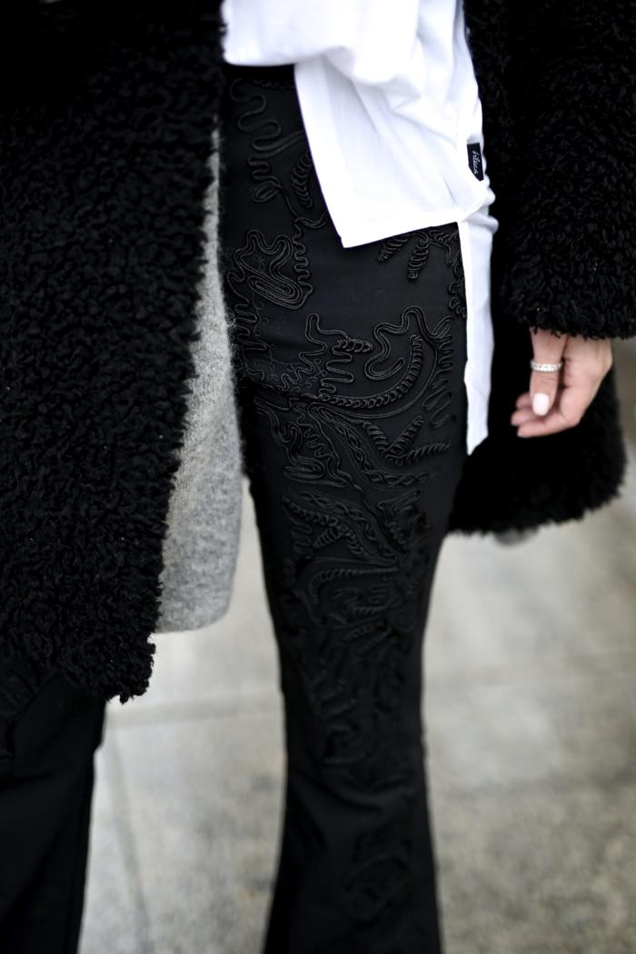 Details, bestickte Schlaghose, weiße Bluse