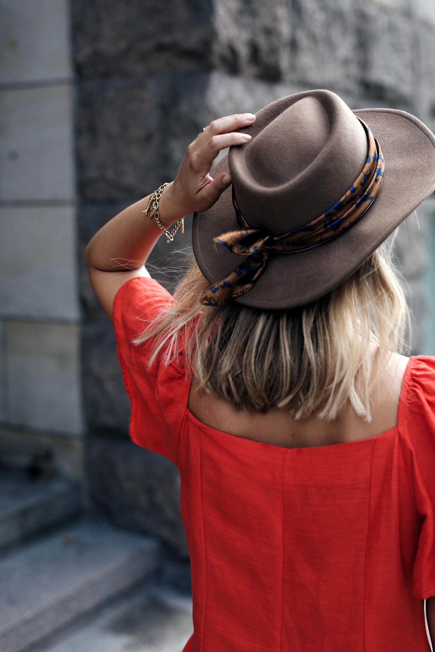 Hut-Tuch-rotes-Kleid