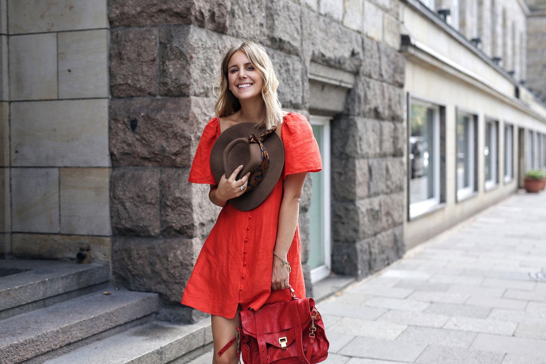 rotes-Sommerkleid-mit-Knopfleiste