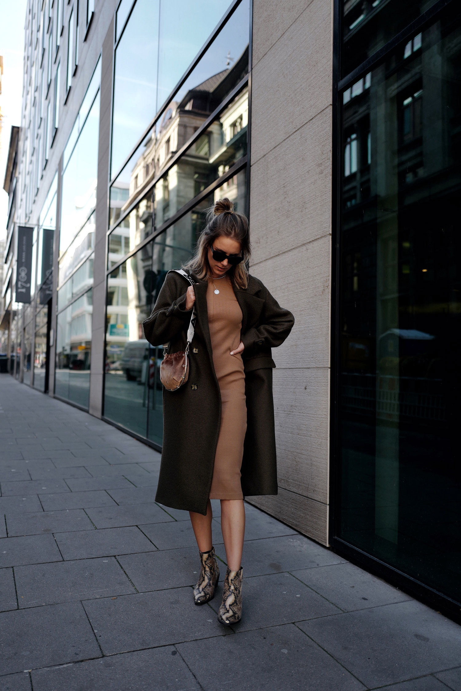 Oversized-Mantel-Figurbetontes-Kleid