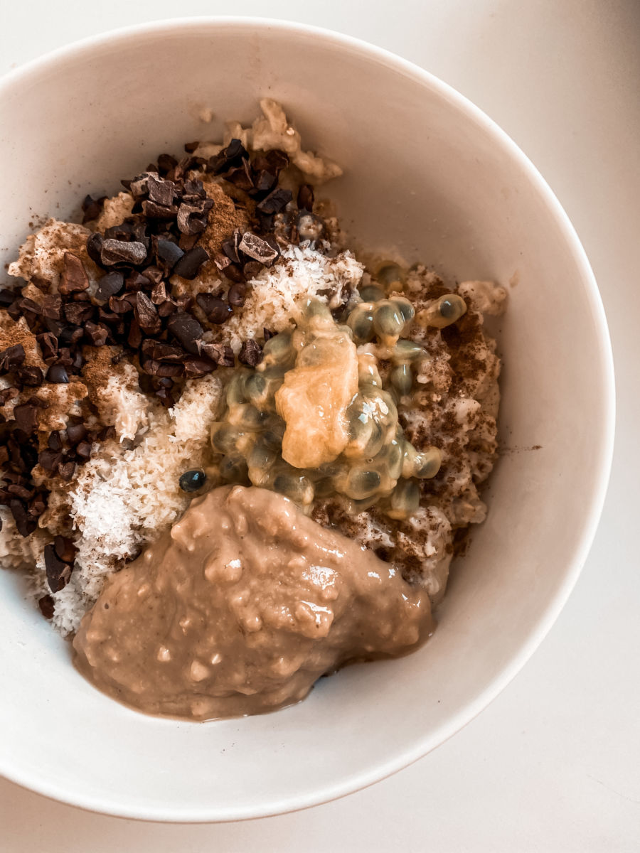 Porridge bowl Erdnussbutter maracuja kokosraspel