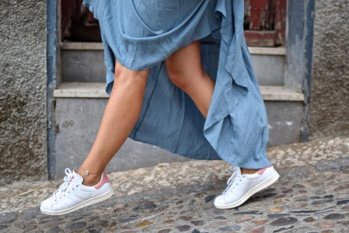 So kombiniert man Sneaker zum Sommerkleid