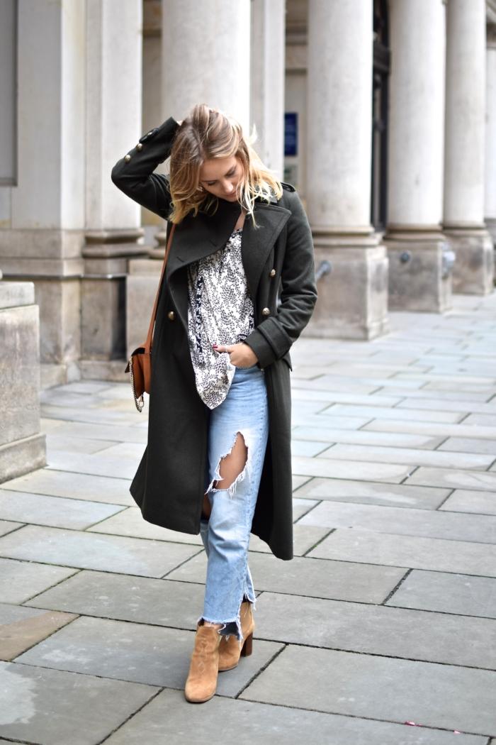 Boyfriend Jeans, Ankle Boots, grüner Mantel