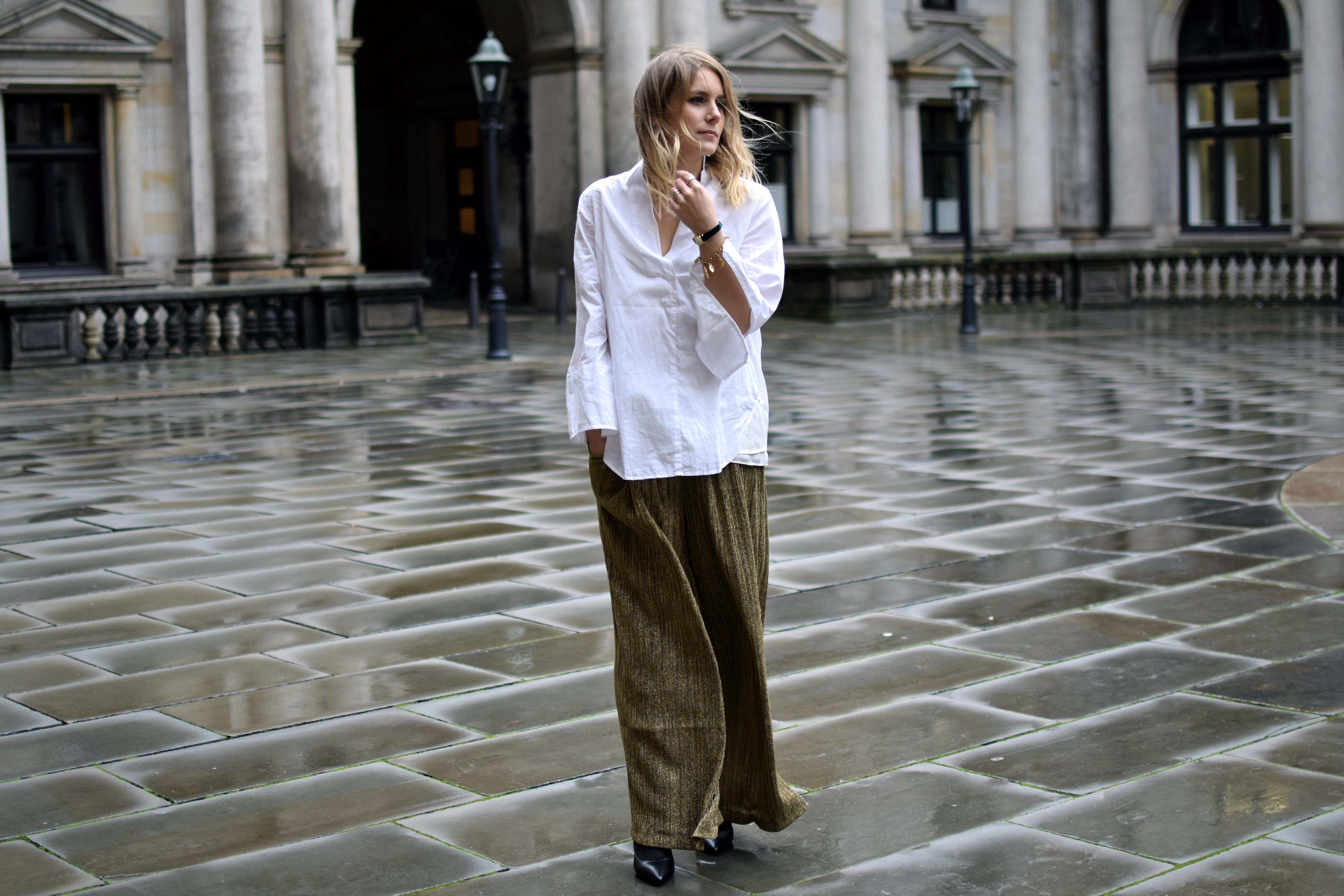 1d431da81d489f goldene Plisseehose und weiße Bluse - Shoppisticated