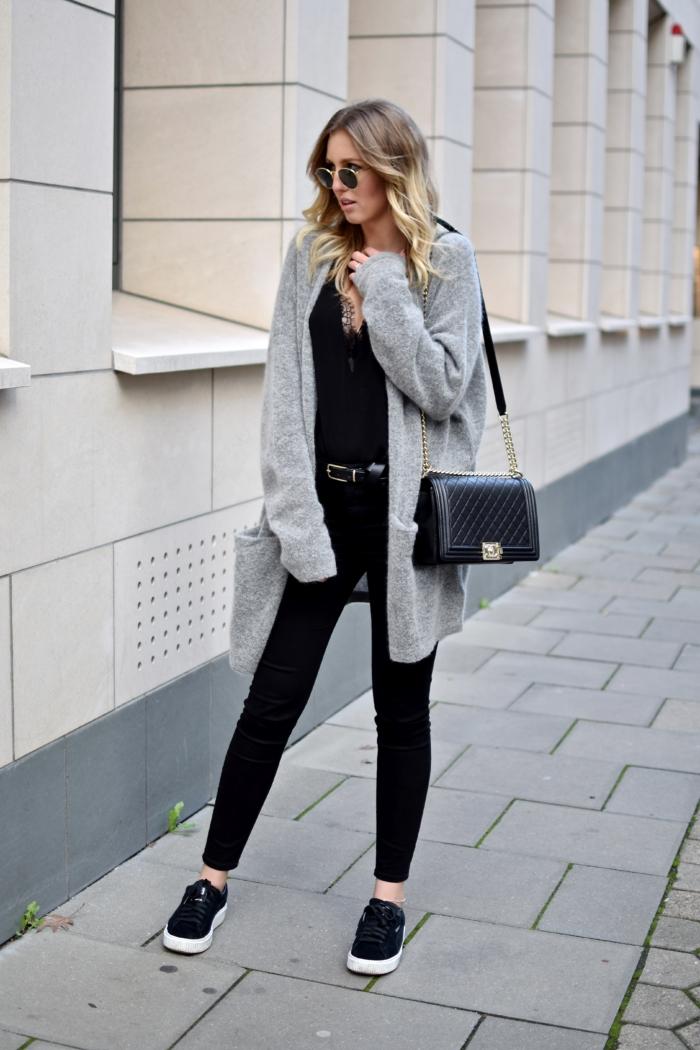 Cardigan lang, schwarze Hose, schwarze Sneakers