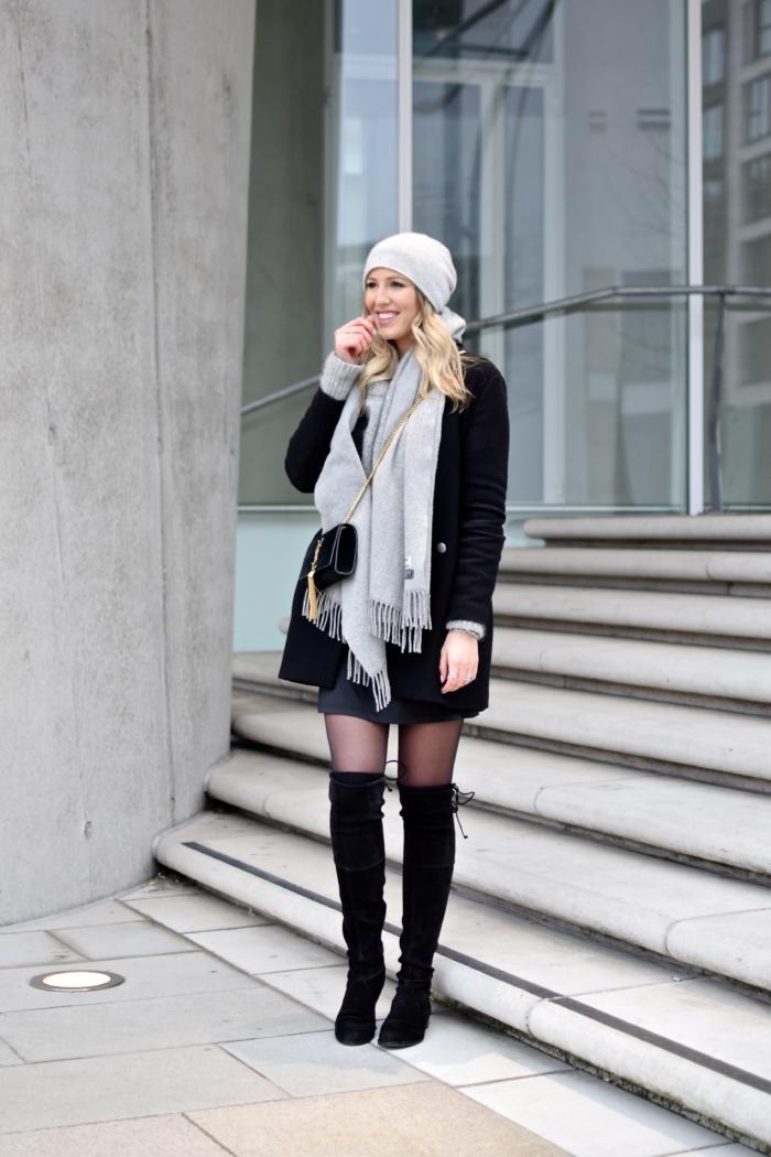 Winter Mantel, grauer Schal Acne, Mütze, overknee Stiefel schwarz