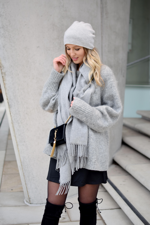 7789509ac3 grauer Pullover, graue Mütze, grauer Schal