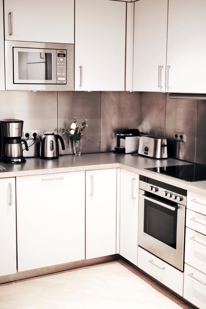 weiße Küche, Küchengeräte, Ferienwohnung